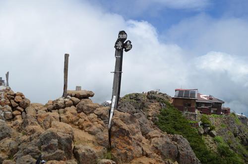 赤岳山頂 赤岳山頂。赤岳頂上山荘は山頂のすぐそばに建っています。 赤岳山頂からの眺め。硫黄岳、天
